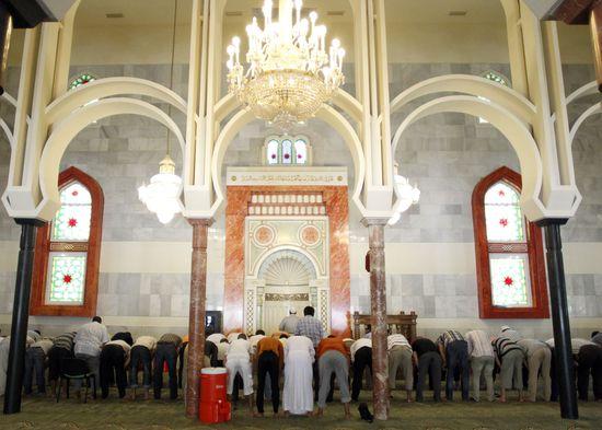 Musulmanes rezan en la mezquita de la M-30 de Madrid, el día anterior al comienzo del Ramadán de 2011 (Foto: Carlos Rosillo)