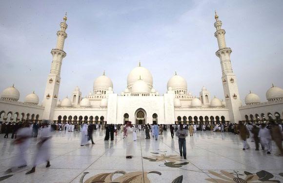 ABU DHABI (EMIRATOS ÁRABES UNIDOS) 08/08/2013.- Numerosos musulmanes asisten a la oración de la Fiesta de la Ruptura o Eid al Fitr, fiesta que marca el fin del mes de ayuno musulmán del Ramadán, en la Gran Mezquita del jeque Zayed, en Abu Dhabi, Emiratos Árabes, hoy, jueves 8 de agosto de 2013. EFE/Ali Haider