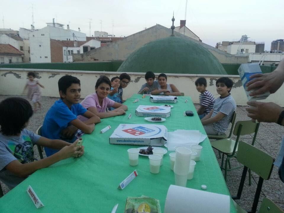 Los más jóvenes de la mezquita también organizan su iftar