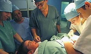 Circuncisión de un niño en un hospital de Argel. / Afp