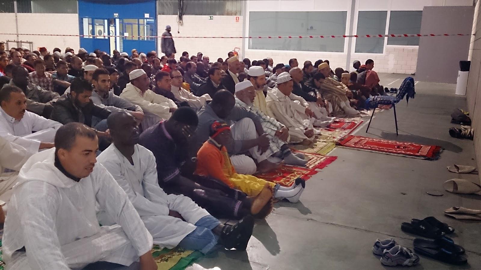 Los musulmanes de Barbasto celebraron la fiesta del Sacrificio en el polideportivo de la ciudad cedido por el ayuntamiento .