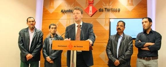 El alcalde de Tortosa , Ferran Bel , y los representanto de la comunidad islámica