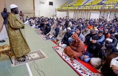 Una oración musulmana celebrada en el antiguo polideportivo de La Juventud. .Mario Tejedor