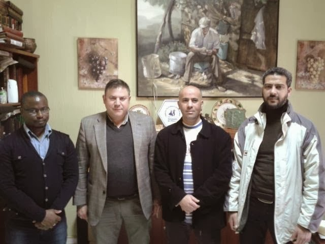 Miembros de la comunidad  islámica de la Paz de Almendralejo con el Concejal del Ayuntamiento de Almedralejo, José Antonio  Guerrero