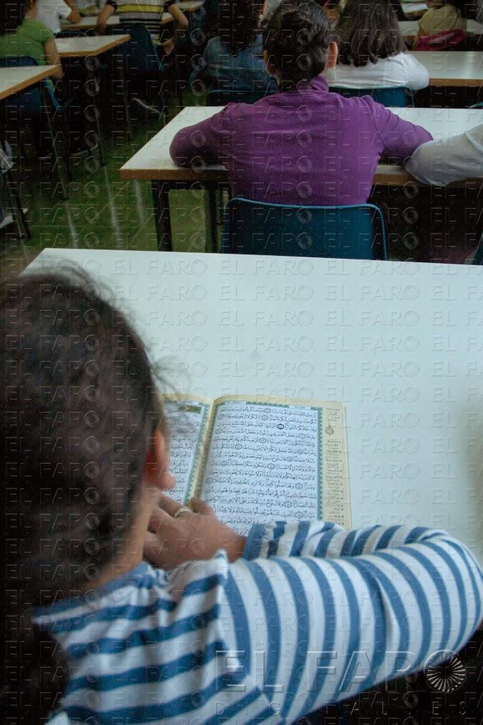 Una alumna repasa la lección en clase.