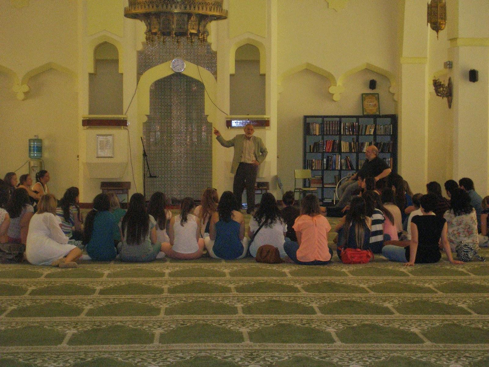 Los estudiantes de Magisterio de la Universidad de Alcalá de Henares en la Mezquita Central de Madrid.