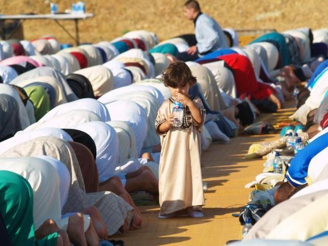 """Los musulmanes de Ceuta terminan el Ramadán rezando por Gaza y contra el """"extremismo"""" religioso"""