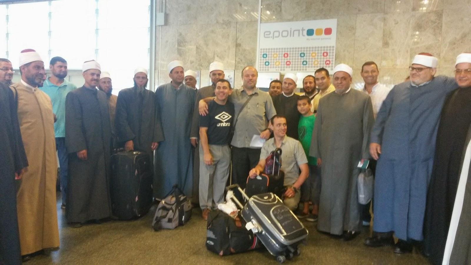 Grupo de imames del Honorable  Azhar  recién llegados a Madrid, aeropuerto de Adolfo Suarez -  Barajas acompañados del coordinador de UCIDE Mohamed Ajana, Foto: islamedia.
