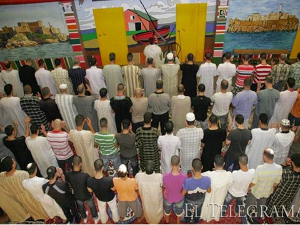 صورة في سجن مليلة للمسلمين و هم يؤدون صلاة العيد
