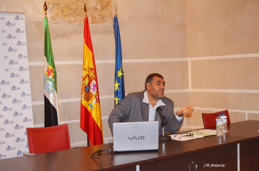 El imam de Badajoz diserta sobre la convivencia en Al Mossasa .