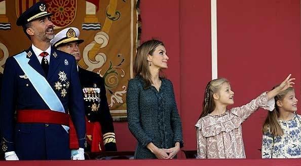 Don Felipe y doña Letizia acompañados en la tribuna por sus hijas la princesa de Asturias y la infanta Sofía