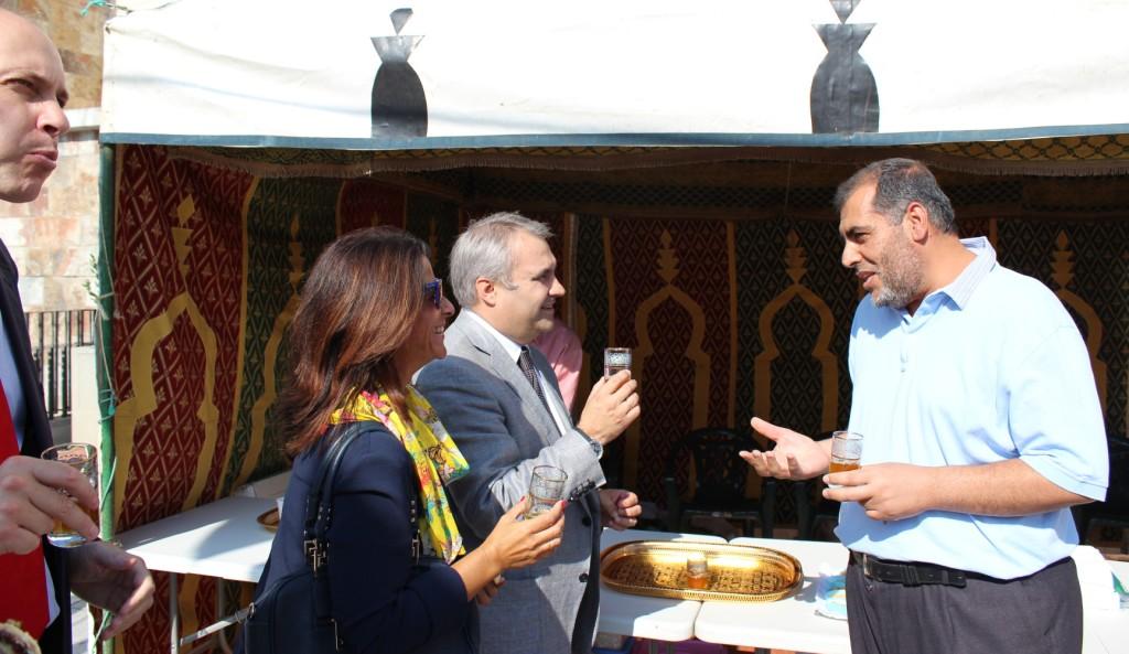El alcalde de Badajoz, Francisco Javier Fragoso visita la caseta de la Mezquita de Badajoz en ALMOSSASA