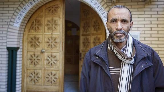 Lashen El Himer, delante de la entrada al centro de la comunidad musulmana de Granada. / Alfredo Aguilar