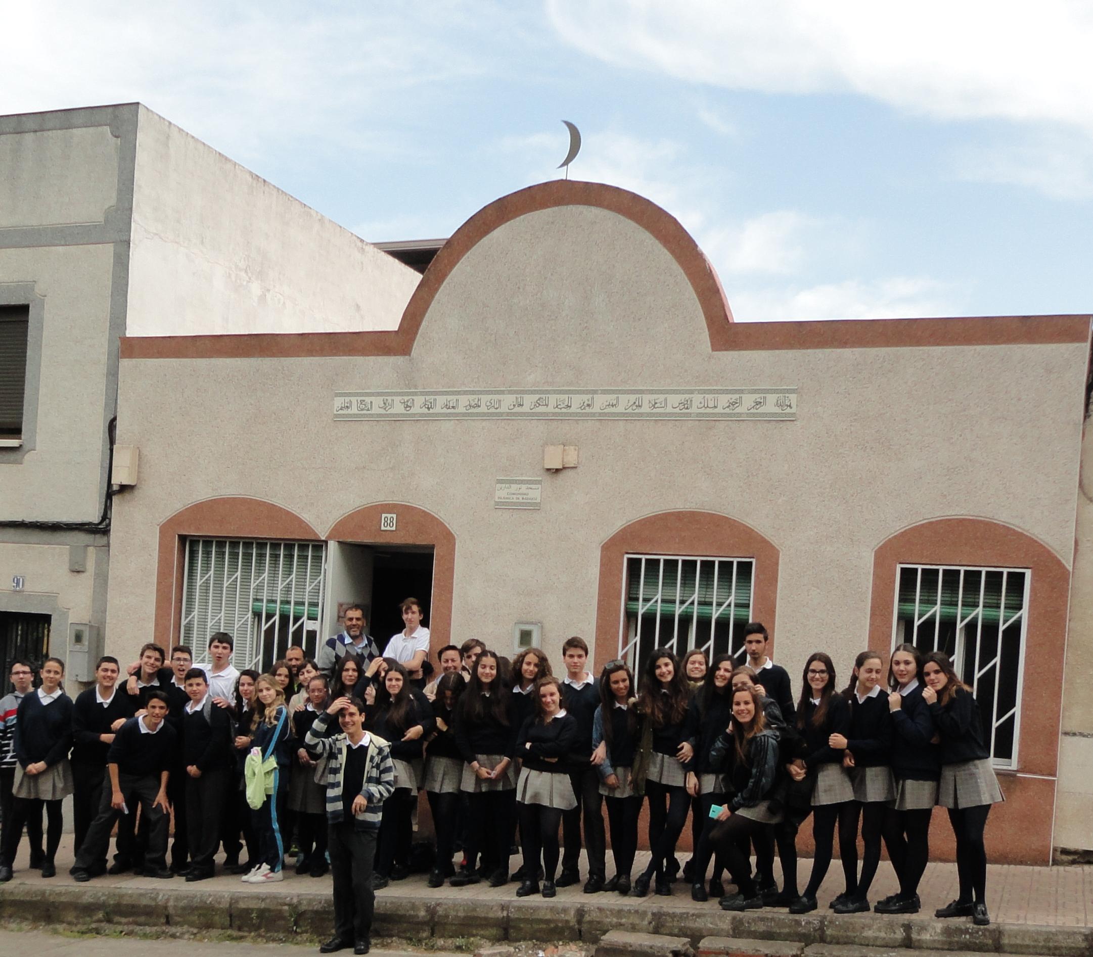 طلاب معهد سانتو أنخل يزورون مسجد بطليوس