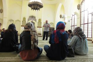 Imagen del interior de la Mezquita en Central de Madrid, M.Ajana atiende a la visita de la UCM.