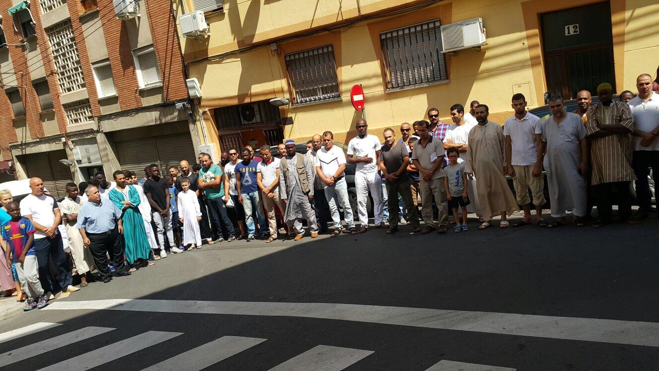 Imagen de la concentración enfrente de la mezquita del Barrio Oliver, en Zaragoza / Cedida